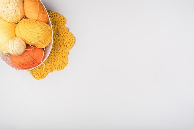 ウール糸とコピースペース付きバスケット 無料写真