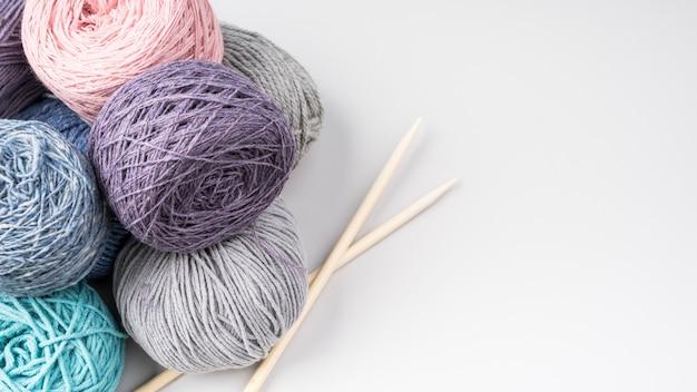 カラフルな羊毛のボールのフラットレイ 無料写真
