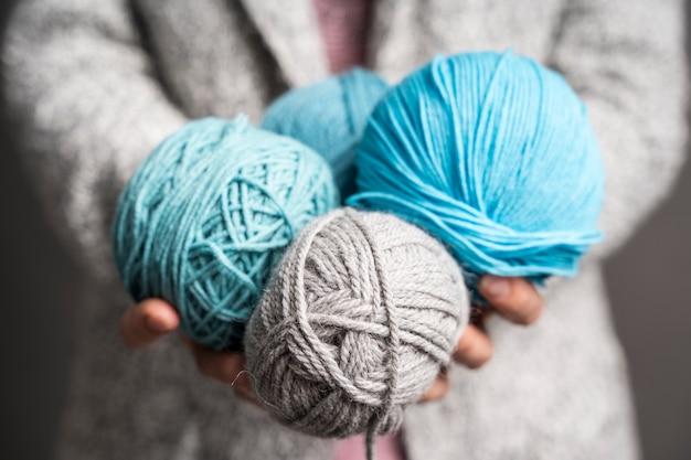 色の羊毛のボールを保持している女性 無料写真