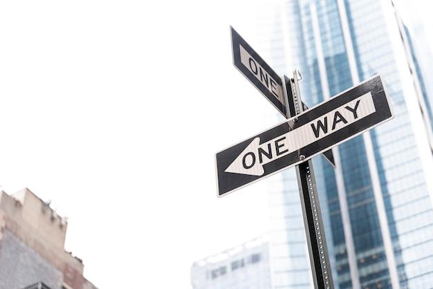 Дорожный знак с односторонним движением в городе Бесплатные Фотографии