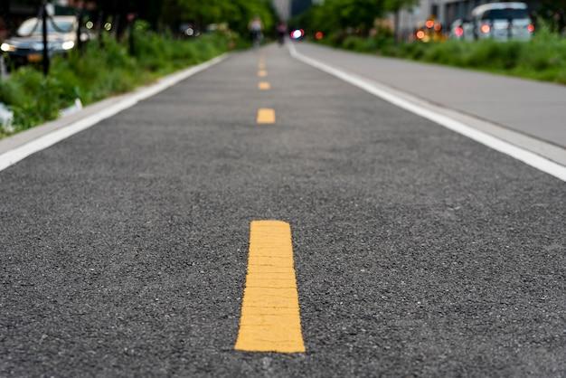 背景をぼかした写真の連続自転車道 無料写真