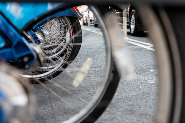 背景をぼかした写真の自転車の車輪のクローズアップ 無料写真