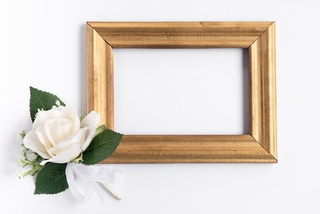 白い花を持つフラットレイフレームモックアップ 無料写真