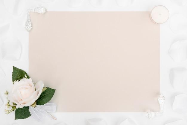 白い花飾り付きフラットレイアウトのウェディングカード 無料写真