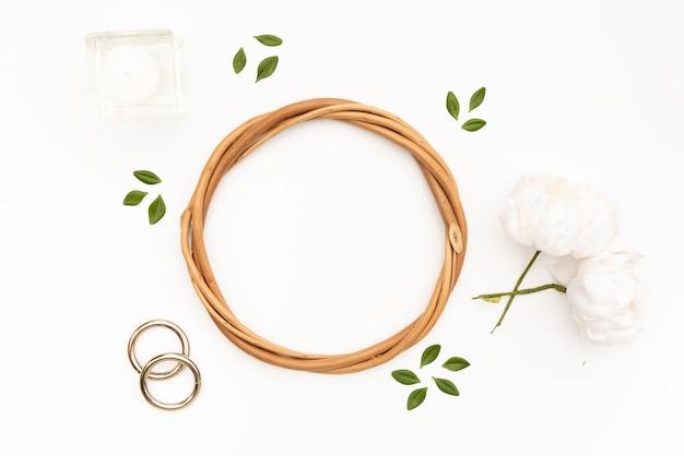 白い花と枝編み細工品サークル 無料写真