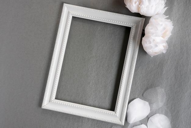 灰色の背景とトップビューホワイトフレーム 無料写真
