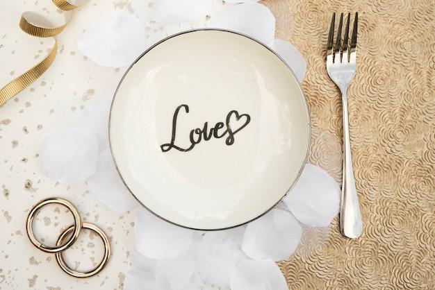Вид сверху тарелка с обручальными кольцами Бесплатные Фотографии
