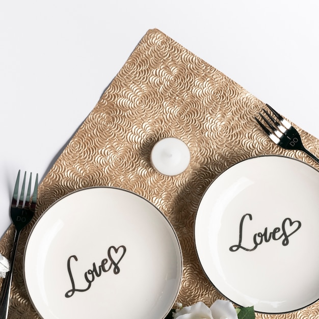 Вид сверху на свадебные тарелки с вилками Бесплатные Фотографии
