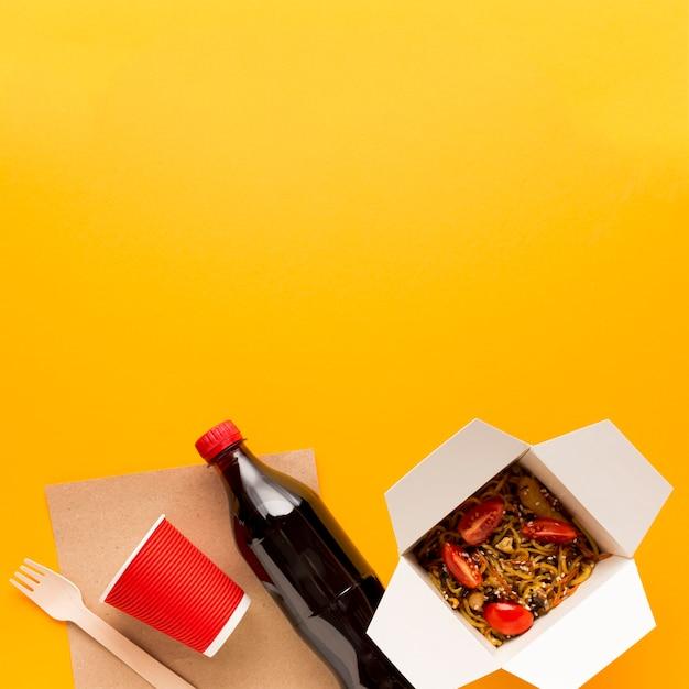 黄色の背景を持つアジアンフードボックス 無料写真