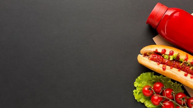 黒のコピースペースの背景を持つ屋台の食べ物 無料写真