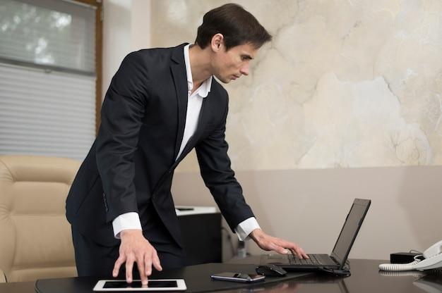 働くビジネスマンのミディアムショット 無料写真