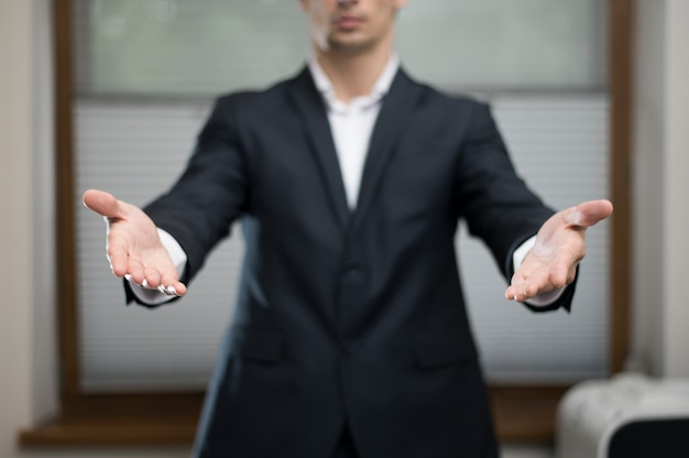両手を広げて実業家の正面図 無料写真