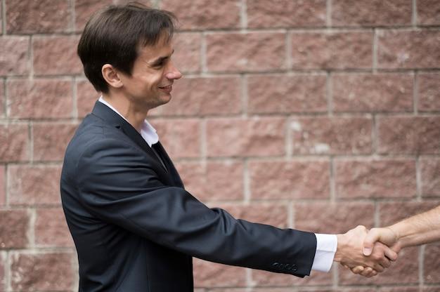 握手する男性の側面図 無料写真