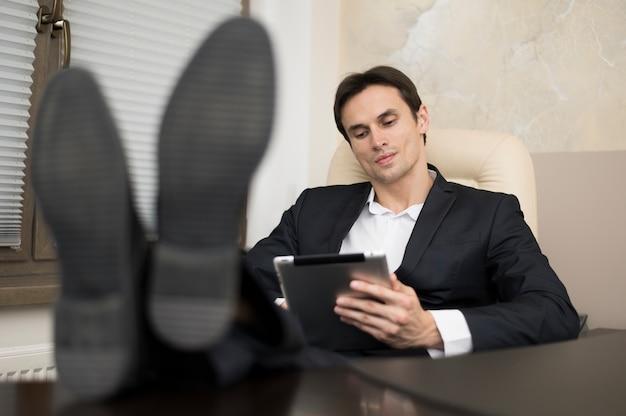 オフィスの男の正面図 無料写真