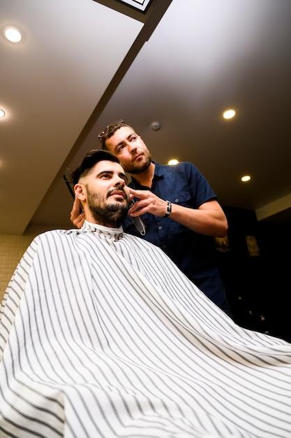 Низкий угол человека в парикмахерской Бесплатные Фотографии