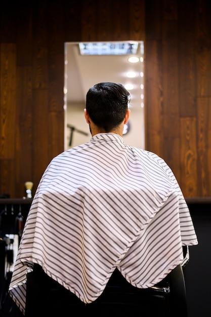Вид сзади человека в парикмахерской Бесплатные Фотографии