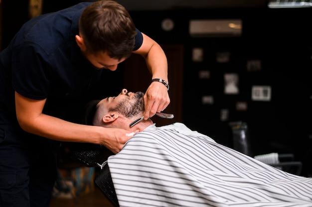 かみそりでひげを整える男 無料写真