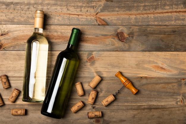 木製のテーブルの上に置いたワインのボトル 無料写真