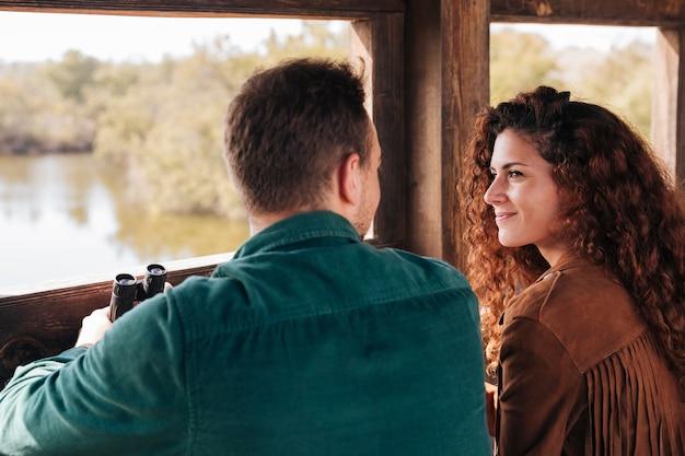 Вид сзади пара внутри укрытия Бесплатные Фотографии