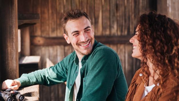 彼のガールフレンドを見て幸せな男 無料写真