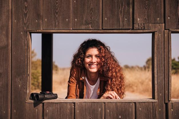 Рыжая женщина с биноклем Бесплатные Фотографии