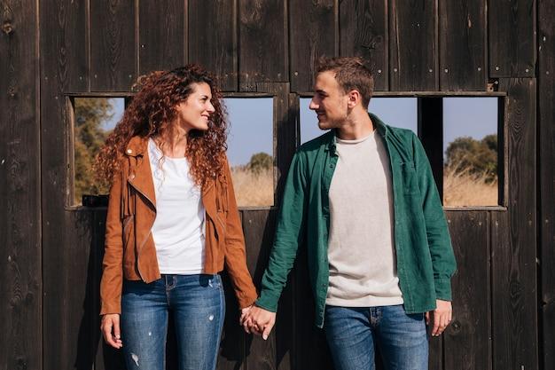 手を取り合って正面幸せなカップル 無料写真