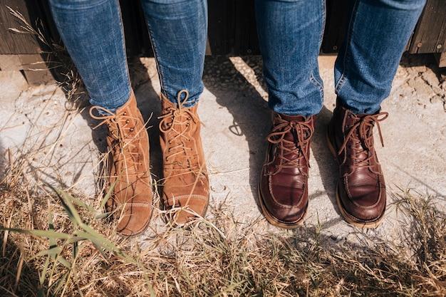 Высокий вид пара в джинсах и сапогах Бесплатные Фотографии