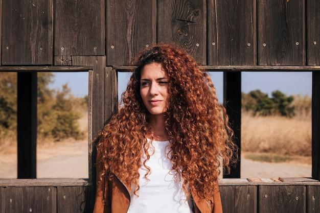 正面巻き毛赤毛の女性 無料写真