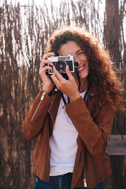 正面の女性の写真を撮る 無料写真
