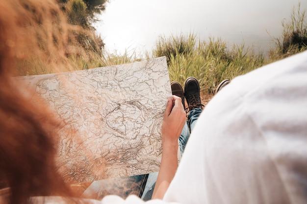 クローズアップカップル、地図を見る 無料写真