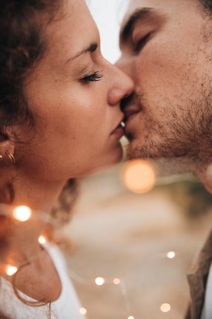 クローズアップカップルが屋外でキス 無料写真