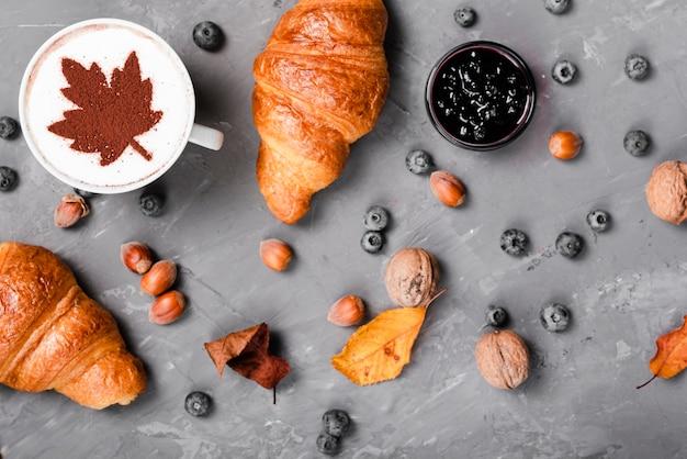 クロワッサン、ジャム、コーヒーの朝食のトップビュー 無料写真