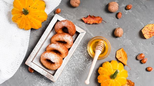 おいしいドーナツと蜂蜜の平干し 無料写真