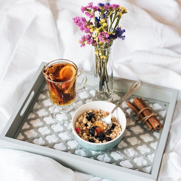 ミューズリーと紅茶が付いているベッドでの朝食 無料写真