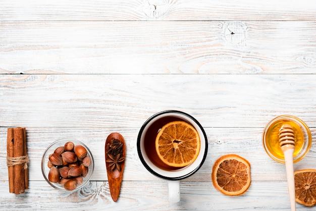オレンジ、蜂蜜、コピースペース入りのお茶 無料写真