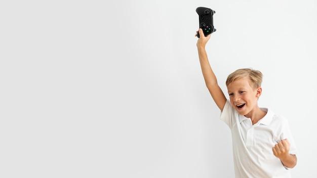 Средний снимок ребенка с контроллером Бесплатные Фотографии