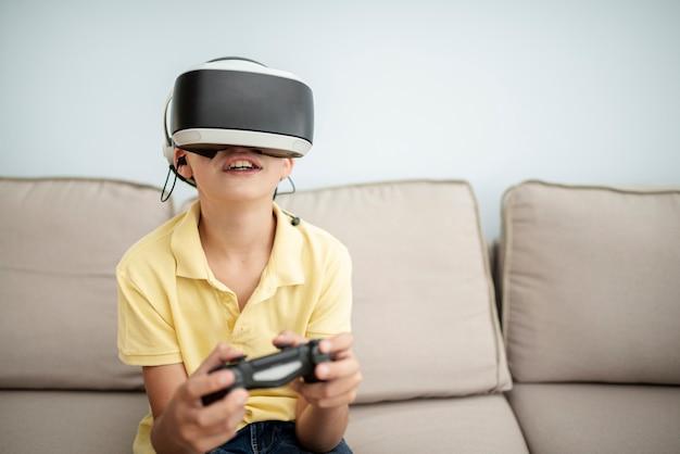 Вид спереди смайлик мальчик играет с очками Бесплатные Фотографии