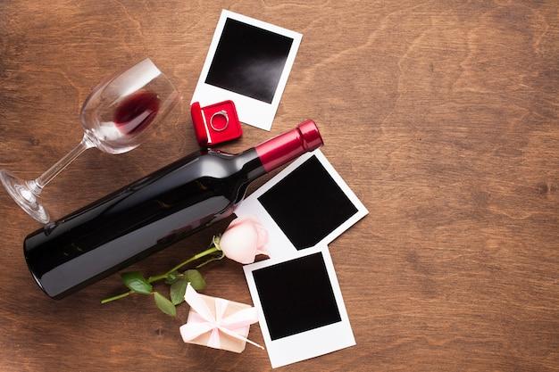 ワインと写真のトップビューアレンジメント 無料写真