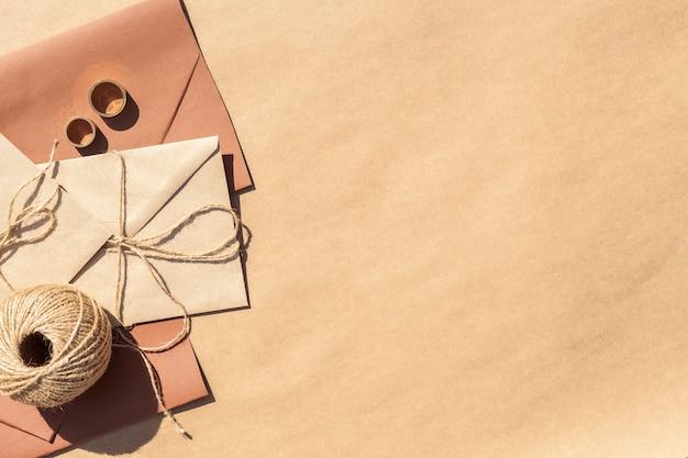 コピースペース付き封筒にフラットレイアウトの結婚式の招待状 無料写真