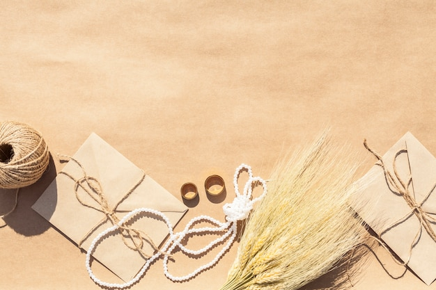 紙の背景に結婚式のアレンジメント 無料写真
