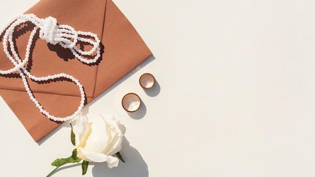 コピースペースと白い背景の上の茶色の結婚式封筒 無料写真