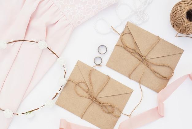 茶色の封筒で結婚式の日の手配 無料写真