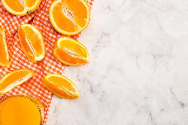 オレンジとジュースのおいしいスライス 無料写真