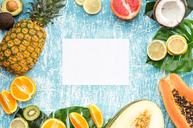 エキゾチックなフルーツに囲まれた白いカード 無料写真