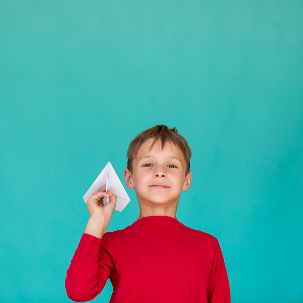 Маленький мальчик держит бумажный самолетик Бесплатные Фотографии