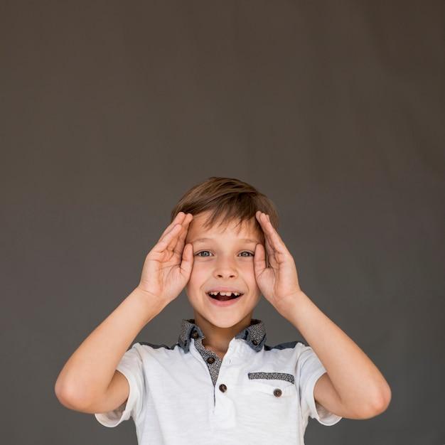 驚いている小さな男の子 無料写真