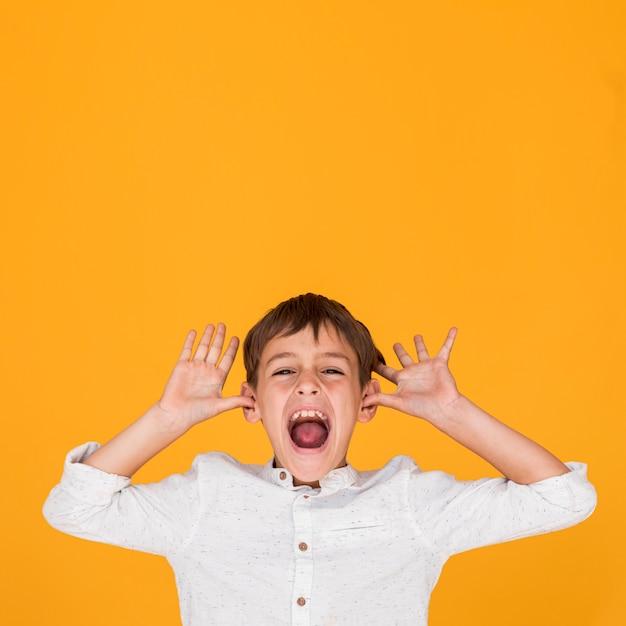 コピースペースで叫んでいる小さな子供 無料写真