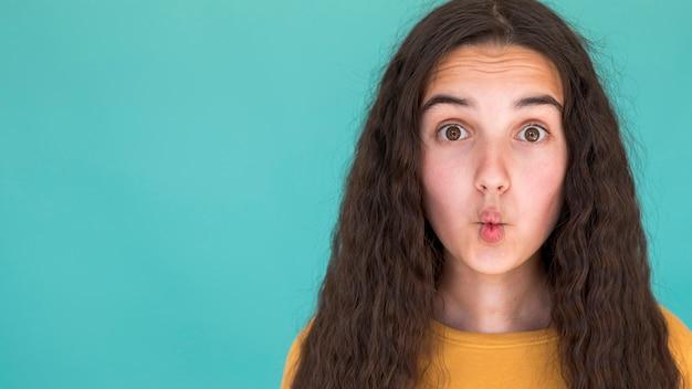 コピースペースで愚かな顔を作る女の子 無料写真