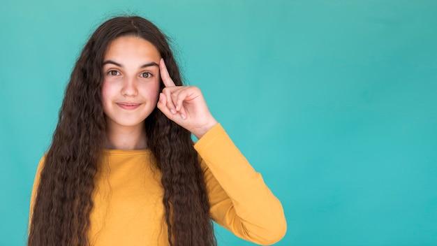 コピースペースでアイデアを持つ少女 無料写真