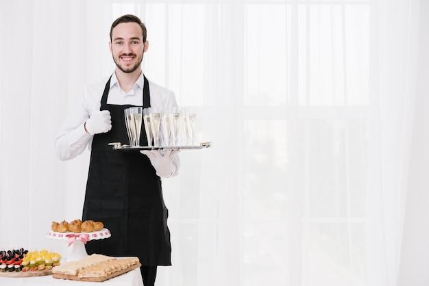Бородатый официант показывает одобрение Бесплатные Фотографии